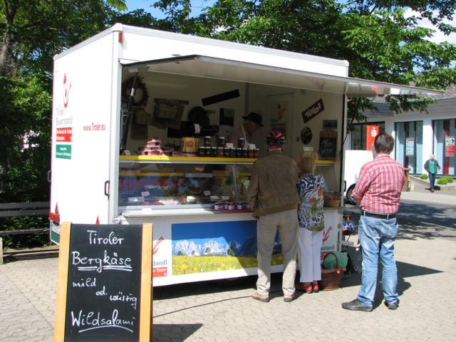 Tiroler Bauernstadl auf dem Wochenmarkt in Bad Bodendorf